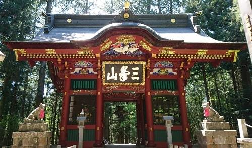 迫力がある三峯神社の随神門の風景