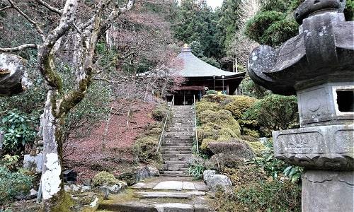 石段上にある法雲寺の観音堂風景