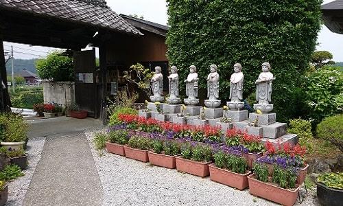 長興寺の入り口にある6地蔵の風景