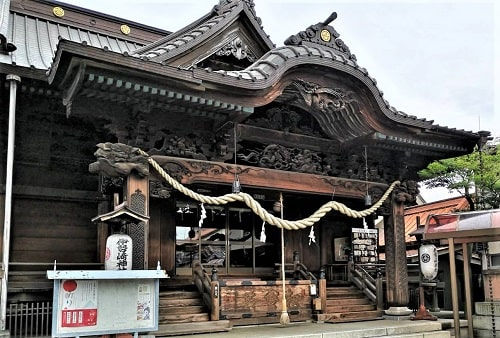 伊勢崎神社の拝殿の見事な彫刻が分かる風景