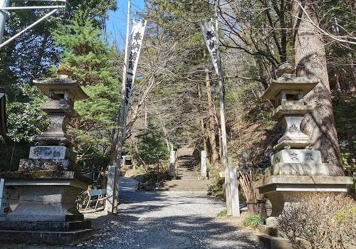 参道の先に長く続く階段が見える風景