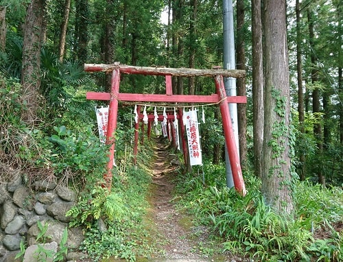 山の上の稲荷神社入り口の風景