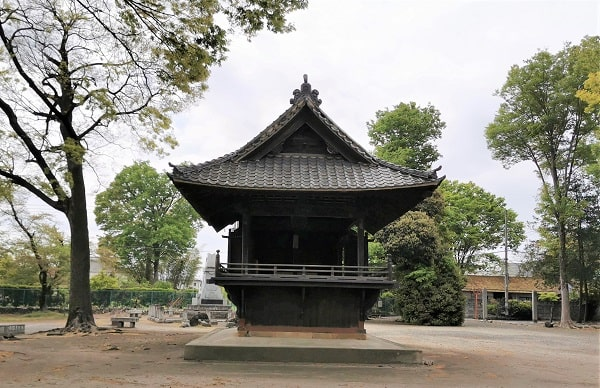 ぽつんと建っている能楽殿の風景