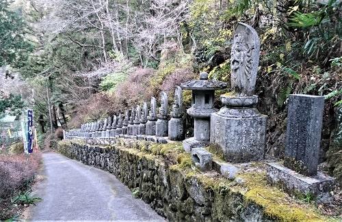 参道で出向かてくれている三十三観音の石仏