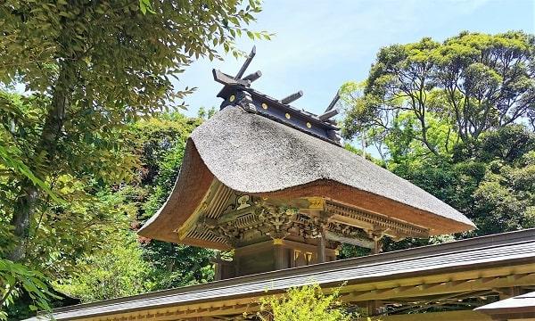 茅葺屋根が見事な本殿の風景