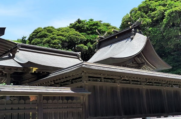 屋根しか見えない本殿の風景