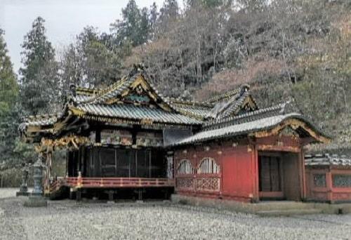 豪華な彫刻が施されている妙義神社本殿の風景
