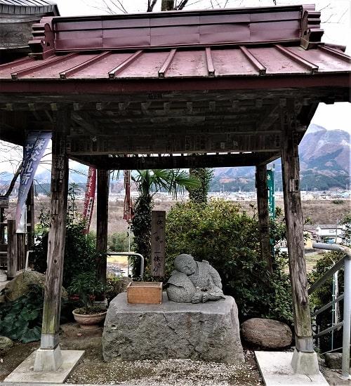 境内にある一休さんの石像の風景
