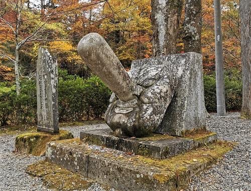大きな天狗の石像が置かれている風景