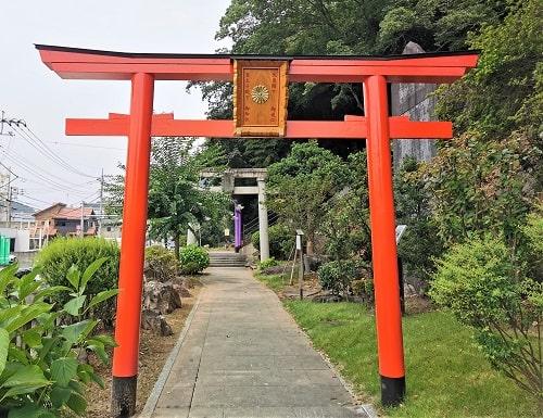 7色の鳥居の入り口になる赤い鳥居の風景