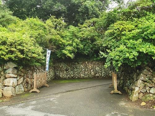 石垣に囲まれた入り口の風景