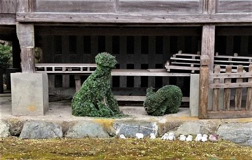 本堂の前にある苔で動物の形をした置物
