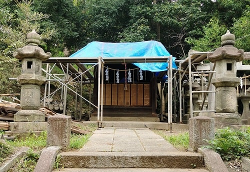 屋根がシートでおおわれている機神神社の風景