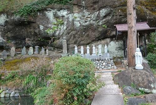 常泉寺境内の山の斜面にある6地蔵と石佛