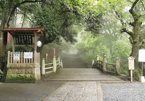神橋と霧が立ち込める参道の風景