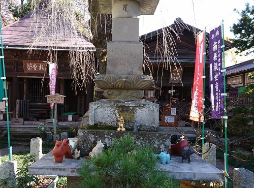 筆子塚と呼ばれている五輪塔の風景