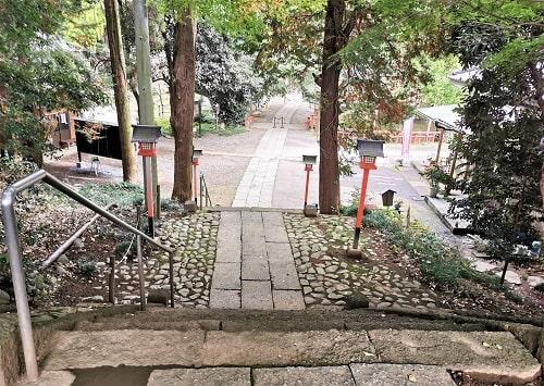 二の鳥居をくぐった先の参道風景