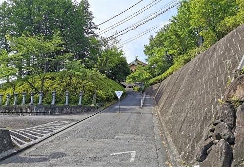 坂道の参道の風景