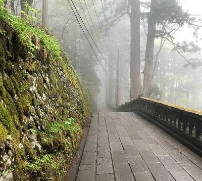 霧の中に吸い寄せらる様な榛名神社の参道画像