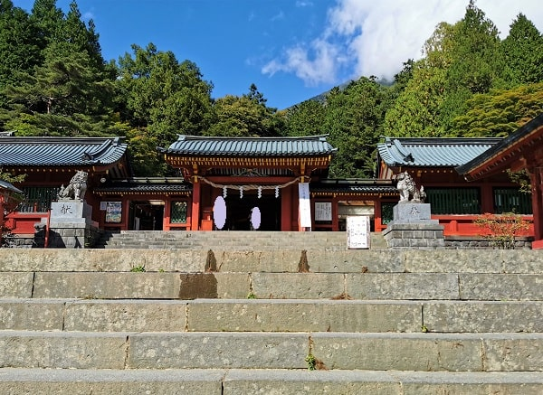 階段の上にある唐門と男体山の風景