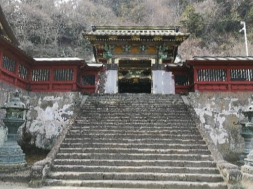 石段の上にある唐門の風景