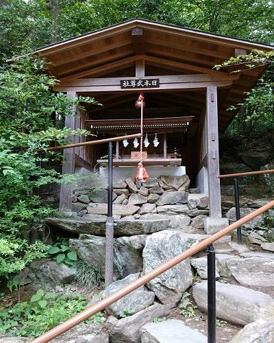 境内社「日本武尊社」階段上の風景