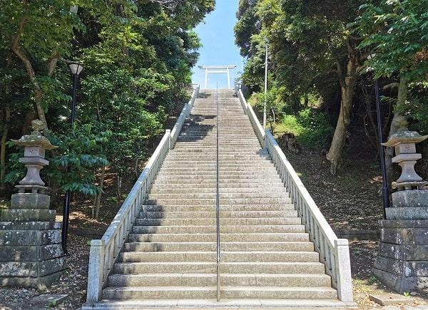 境内に向かう長い階段の風景