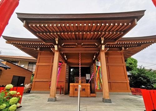 於菊稲荷神社の拝殿正面の風景