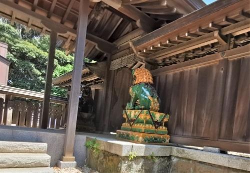 本殿前の狛犬の風景