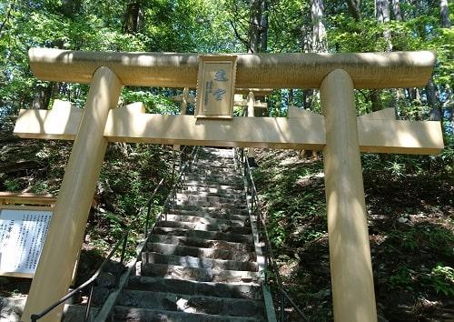 三峯神社奥にある御仮屋の鳥居の風景