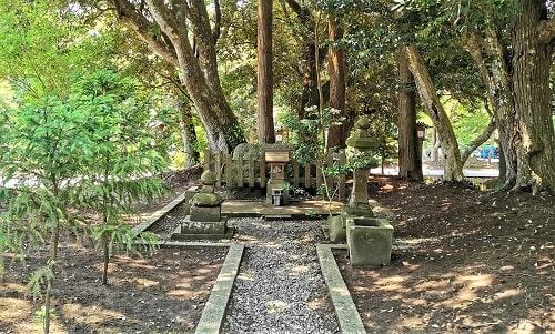 鳥帽子岩が祀られている風景