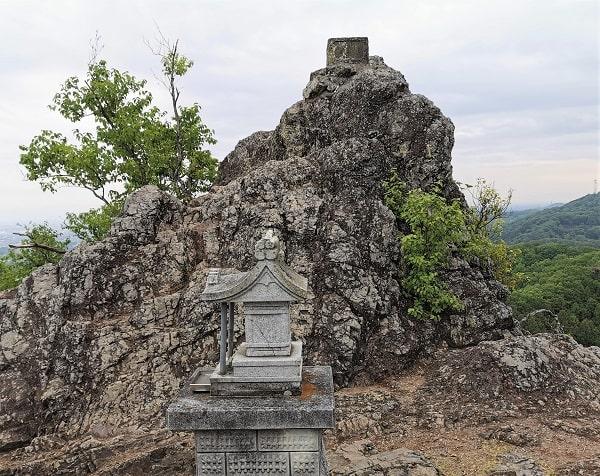 岩山山頂にある奥宮の風景