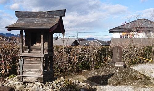 境内にある不動尊と茶筅塚が一緒に写っている風景