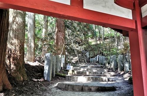 登拝門の先の石段になっている参道の様子