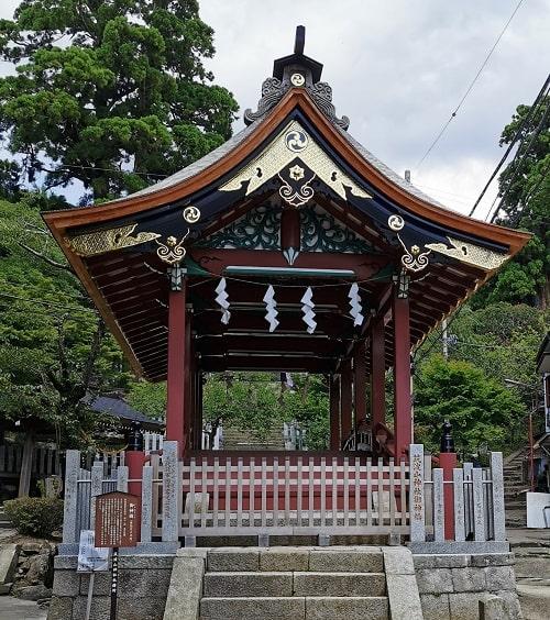 鮮やかな造りの御神橋の風景
