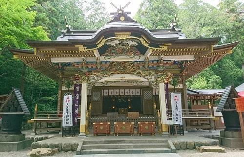 ゴージャスな色彩の本殿(拝殿)正面の風景