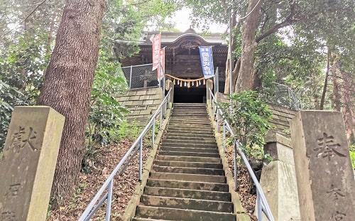 急な石段の上にたつ社殿の風景