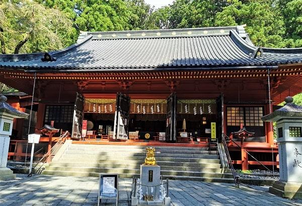 迫力ある大きな社殿(拝殿)正面の風景