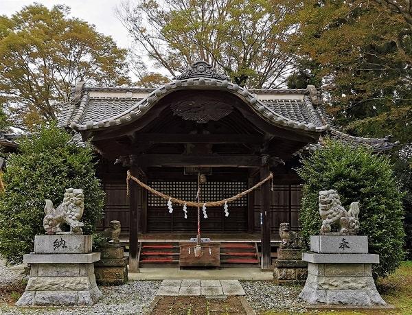 狛犬2対と社殿の風景
