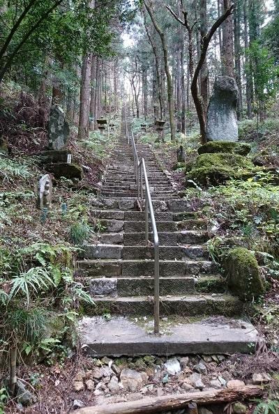 岩井堂に行くために最初の石段の風景