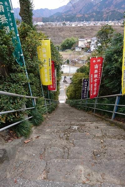 登って来た石段を上から撮影した風景