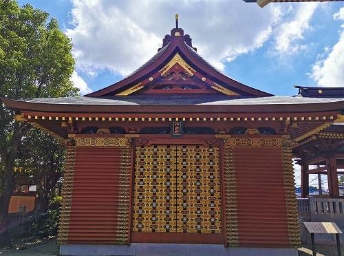 境内にある神輿殿正面の風景