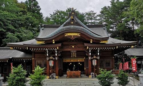 進雄神社の立派な社殿の風景