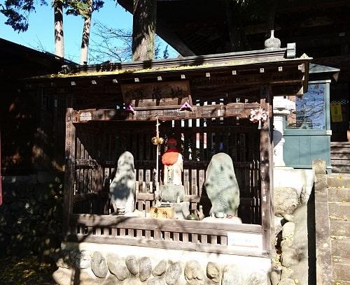 本堂の手前にある地蔵尊の風景