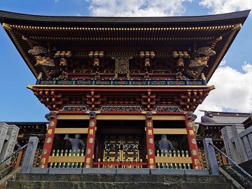 大杉神社の絢爛豪華な麒麟門正面の風景