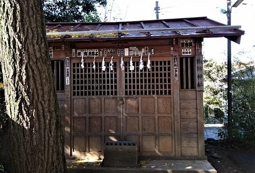 境内にある諏訪神社の正面風景
