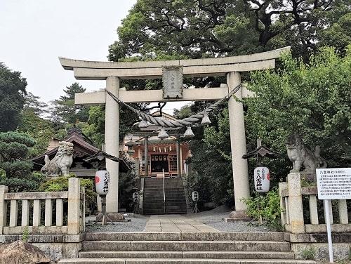 八雲神社の一の鳥居からの参道の風景