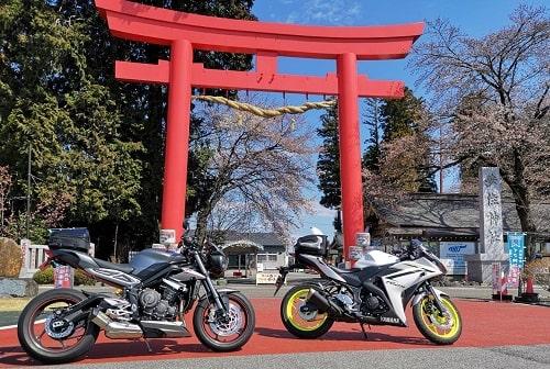 大鳥居の前で我が家の大型バイクと中型バイクの撮影画像