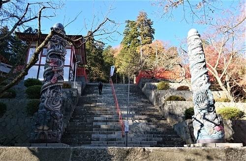 参道にそびえ立つ大きな石像の風景