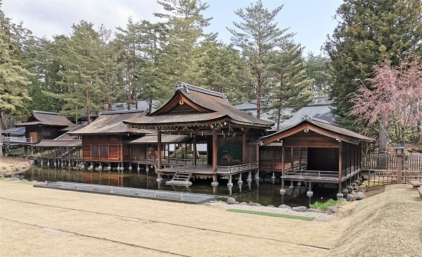 神池に建つ能楽殿の風景